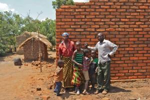 Stolt småbrukare som kunnat bygga sig ett tegelhus för pengarna som Plan Vivo-träden givit.